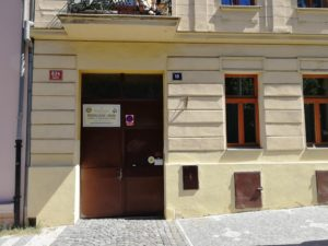 Vstupní dveře do domu, kde se nachází pražský pravoslavný kostel